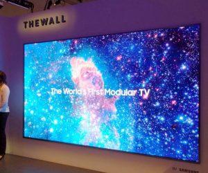 """Στο πλαίσιο της έκθεσης CES 2018, η Samsung Electronics παρουσίασε την """"The Wall"""" – την πρώτη παγκοσμίως αρθρωτή τηλεόραση MicroLED 146 ιντσών."""