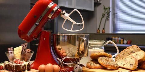 Με σχετικά μικρές διαστάσεις και με εμφάνιση στολίδι, η Kitchenaid Artisan 150 ίσως βρει μια μόνιμη θέση στον πάγκο της κουζίνας σου...
