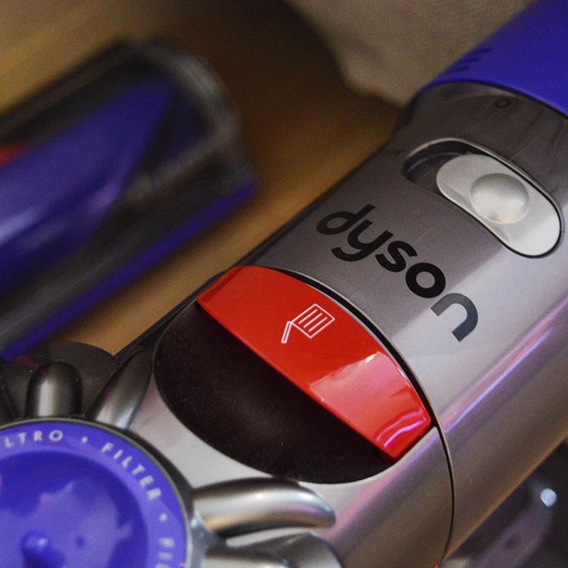 Επαναφορτιζόμενη σκούπα Dyson V7 AnimalPro: Μοχλός για άδειασμα του κάδου